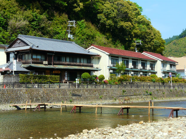 出典:http://www.wakayama-onsen.jp/area/hongu/%E4%BA%80%E5%B1%8B%E6%97%85%E9%A4%A8.html?search-on=1&getoff-cat=-61%2C-60&freeword=&x=37&y=11&catArea%5B%5D=11