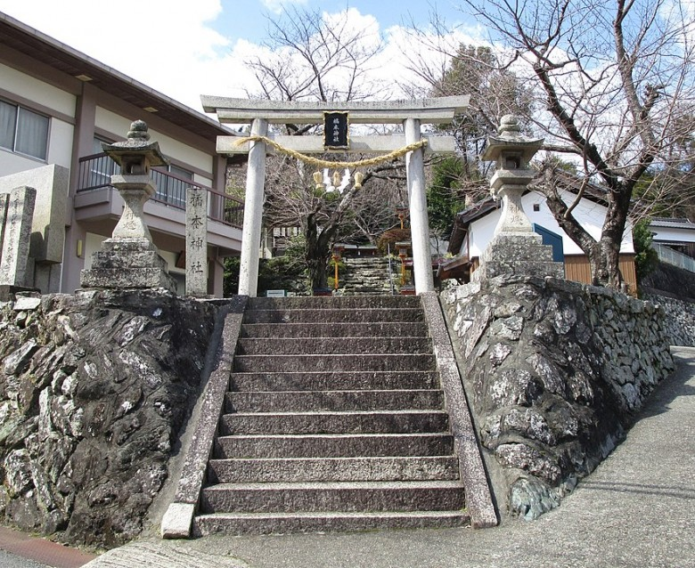 880px-Kitsumoto_Shrine_Entrance